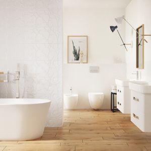 Aranżacja białej łazienki ocieplonej kolorami drewna z płytkami z serii Winter Vine marki Opoczno. Fot. Opoczno