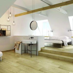 Aranżacja białej łazienki ocieplonej kolorami drewna z płytkami z kolekcji Almonte marki Ceramika Paradyż. Fot. Ceramika Paradyż