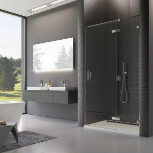 Prysznic we wnęce z drzwiami jednoczęściowymi ze ścianką stałą w linii PU13. Fot. SanSwiss