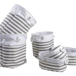 Komplet 6-ciu koszyków Grete z marynarskim motywem ułatwi przechowywanie w łazience. Fot. Westwing