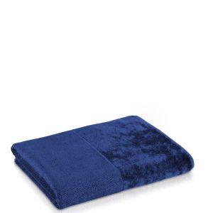Ręcznik Move Bamboo w głębokim granatowym kolorze świetnie wpisze się w marynistyczną aranżację łazienki. Fot. Rossi