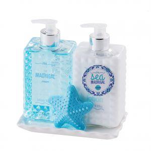 Zestaw kosmetyków Ocean do pielęgnacji ciała nie tylko zadba o skórę, ale będzie także ozdobą łazienki w stylu marynistycznym. Fot. Home&You