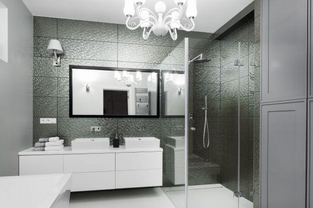 Dominująca w łazience szarość przybiera różne formy – od połyskującej rybiej łuski po klasyczne, frezowane fronty. Różnorodności form towarzyszy bogactwo elementów wyposażenia, czyniące wnętrze funkcjonalnym dla wszystkich członków rod