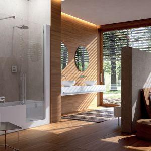 Piękny salon kąpielowy skąpany w drewnie z kabiną marki Glass. Fot. Glass