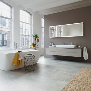 Aranżacja salonu kąpielowego z wanną wolno stojącą z serii DuraSquare marki Duravit. Fot. Duravit