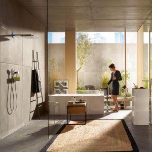 Aranżacja salonu kąpielowego z armaturą z serii Metropole marki Hansgrohe. Fot. Hansgrohe