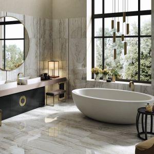 Piękny salon kąpielowy urządzony w stylu art deco z płytkami jak kamień z serii Oro Bianco marki La Faenza. Fot. La Faenza