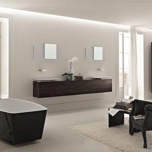 Łazienka urządzona w konwencji salonu kąpielowego z wolno stojącą wanną Opera marki Toscoquattro. Fot. Toscoquattro