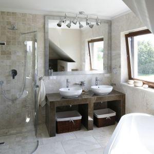 Strefa umywalki dla dwóch osób z zabudową z płyt g-k wykończonych płytkami ceramicznymi. Proj. Beata Ignasiak. Fot. Bartosz Jarosz