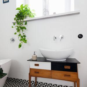 Rolę szafki podumywalkowej w tej łazience pełni vintage'owa komoda wyszukana na targu staroci. Proj. Ewelina Pik. Fot. Bartosz Jarosz