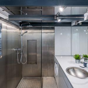 Podłogi i ściany w tej łazience wykończono... blachą. Proj. Małgorzata Chabzda. Fot. Nowa Papiernia