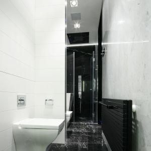 Czarno-biała łazienka z marmurową podłogą. Proj. Monika i Adam Bronikowscy. Fot. Bartosz Jarosz