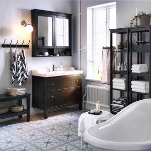 Klasyczna aranżacja łazienki z meblami Hemnes z oferty IKEA. Fot. IKEA