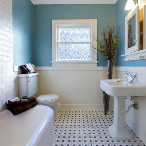 Łazienka urządzona w stylu klasycznym z baterią z serii Purani Exe marki Invena. Fot. Invena