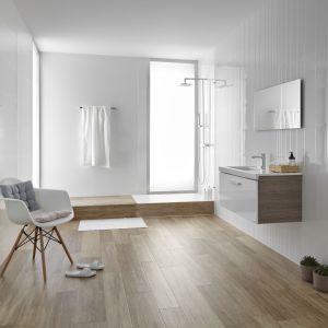 Białe płytki ceramiczne z kolekcji Venetian i płytki jak drewno z kolekcji Grove połączone z prostotą wzorniczą świetnie budują skandynawski klimat w tej łazience. Fot. Peronda
