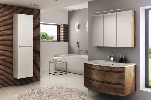 Kolory i dekory drewna to sprawdzony sposób na stworzenie przytulnej aranżacji w łazience.