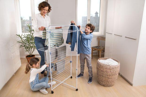 Już nasze babcie wiedziały, że najlepszym sposobem na szybkie i skuteczne wysuszenie prania jest rozwieszenie go na świeżym powietrzu. Warto wziąć z nich przykład, bo tkaniny wysuszone na zewnątrz pięknie i świeżo pachną, a ponadto mniej się