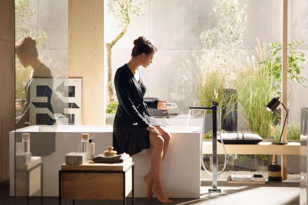 Modne ostatnimi czasy wolno stojące wanny wyglądają najpiękniej w towarzystwie wolno stojących baterii. Zobaczcie 5 różnych modeli.