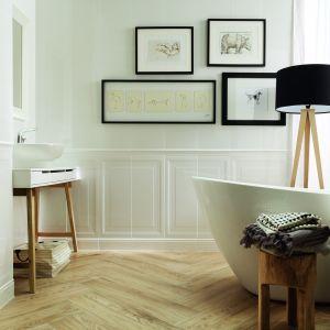 Aranżacja jasnej łazienki ocieplonej drewnem. Na zdjęciu płytki z kolekcji Royal Place marki Tubądzin. Fot. Tubądzin
