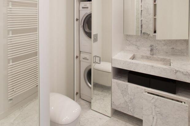 Niewielu z nas ma możliwość urządzenia osobnej pralni, a pralkę ustawiamy w łazience. Jak jednak to zrobić, aby zaoszczędzić przestrzeń i zachować elegancki wygląd pomieszczenia?