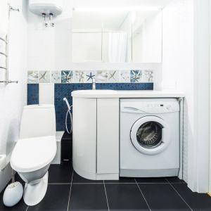 Praktycznym rozwiązaniem jest przedłużenie blatu łazienkowego tak, aby przekrył pralkę. Fot. Materiały prasowe marki Haier