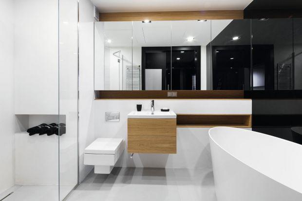 Jeżeli zależy nam na optycznym powiększeniu łazienki, idealnym rozwiązaniem będą lustrzane szafki.
