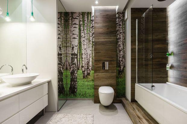Leśny motyw na ścianie w łazience doda wnętrzu świeżości i stworzy świetne warunki do relaksu.