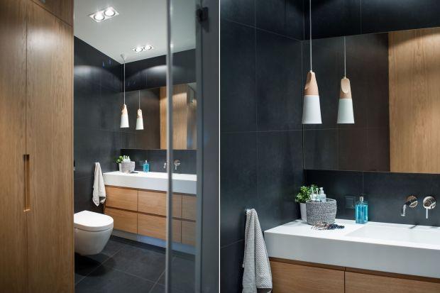 Ciemne kolory to swoiste tabu urządzania łazienek. Boimy się, że przytłoczą wnętrze i pomniejszą je optycznie. Odpowiednio dobrane mogą jednak przemienić łazienkę w elegancka oazę relaksu.