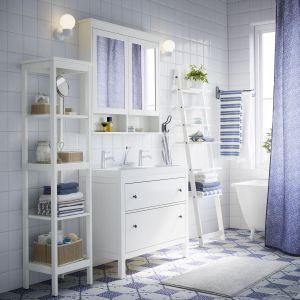 Biały regał z otwartymi półkami nawiązujący formą do drabiny. Fot. IKEA