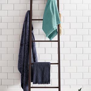 Dekoracyjna drabina z litego drewna, z antypoślizgowymi stopkami może pełnić rolę wiszaka na ręczniki. Fot. Tchibo