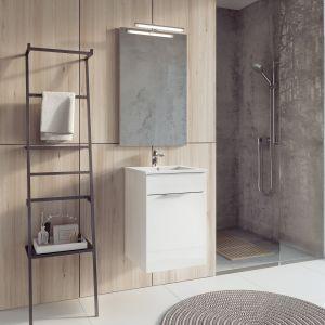 Aranżacja łazienki zaproponowana przez markę Elitra; z szafką i umywalką Qubo  harmonizuje oryginalna drabina o niesymetrycznych elementach, pełniących rolę relingów i półek. Fot. Elita