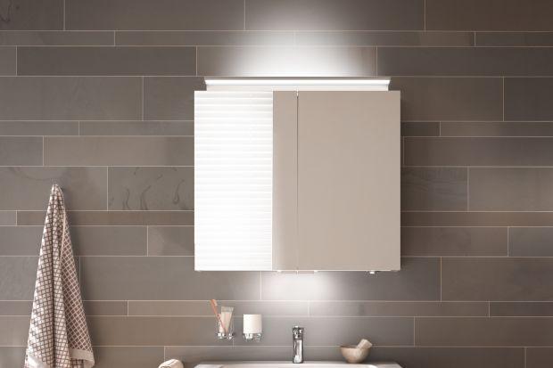 Lustrzana szafka, zapewniająca miejsce do przechowywania i funkcjonująca jako lustro to świetny wybór do niewielkiej łazienki. Zobacz model z trzema rodzajami oświetlenia.