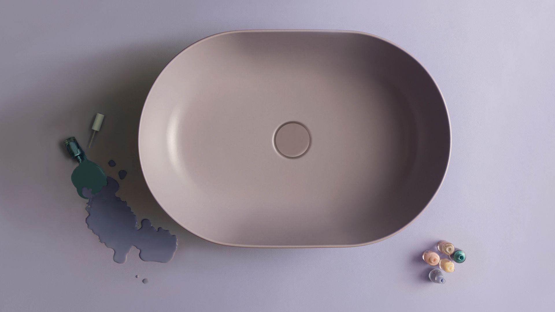 Umywalka z serii T-Edge marki Ceramica Globo o cieniutkim rancie, w pięknym, lawendowym kolorze. Fot. Ceramica Globo