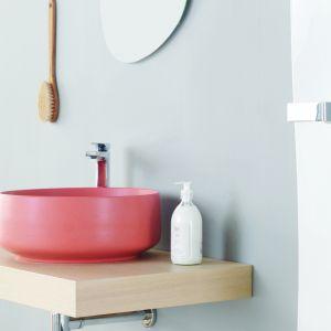 Umywalka w pięknym koralowym kolorze Cognac marki Artceram. Fot. Artceram