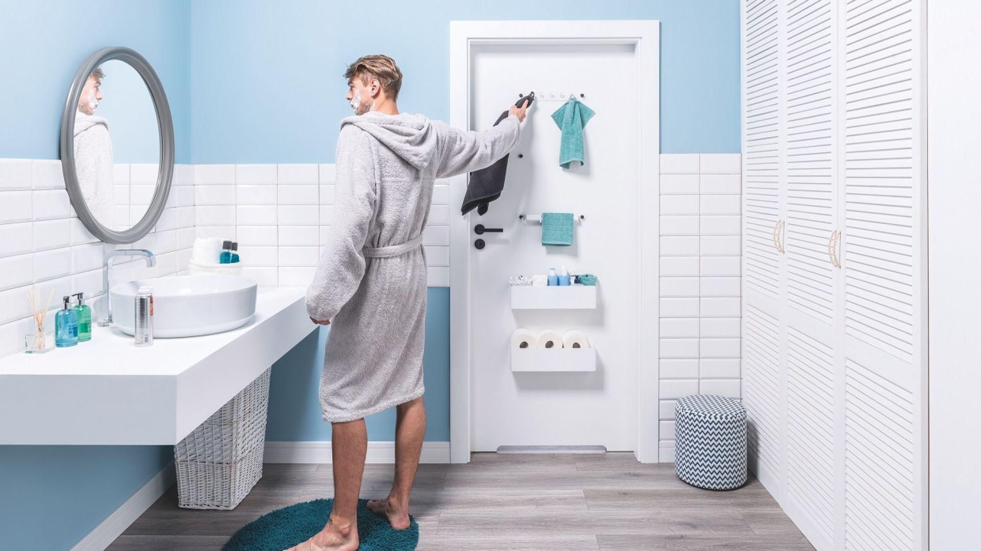 Drzwi z kolekcji Smart, stworzonej przez marki Porta i VOX oferują pomoc w przechowywaniu drobiazgów czy wieszaniu ręczników. Fot. VOX/Porta