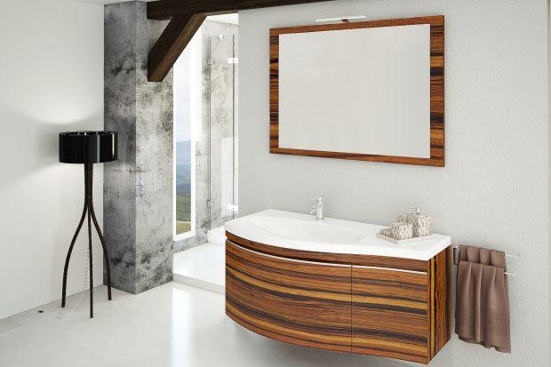 Kolory drewna to uniwersalny sposób na ocieplenie wizualne łazienki, które oprze się mijającym modom.