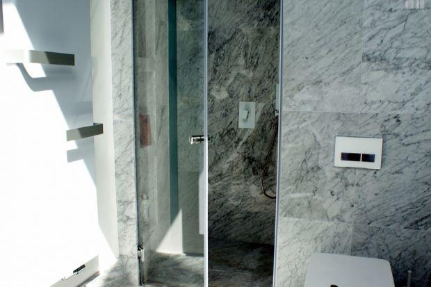 Jak optycznie powiększyć małą łazienkę? Z pomocą przyjdą elementy... ze szkła.