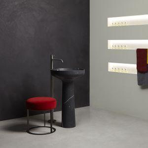 Wolno stojąca umywalka AGO85 w wykończeniu Black Marquinia Marble marki Antoniolupi. Fot. Antoniolupi