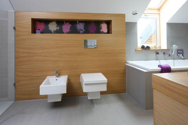 Podwieszana ceramika sanitarna jest coraz bardziej powszechna. Zobaczcie, jak ciekawie obudować podtynkowy stelaż.