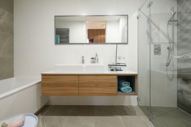 Meble drewniane, w drewnianej okleinie lub z imitującego drewno laminatu to świetne rozwiązanie na wizualne ocieplenie łazienki. Zobaczcie, jak zrobili to inni!
