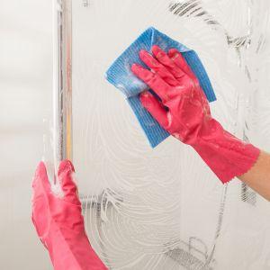 Do mycia kabiny prysznicowej używajmy specjalnych ściereczek do czyszczenia szkła. Fot. 123rf.com