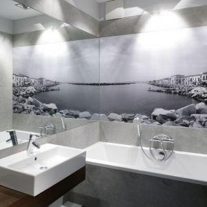 Mała łazienka optycznie powiększona za pomocą sąsiadujących za sobą fototapety i dużego lustra. Proj. Lucyna Kołodziejska. Fot. Bartosz Jarosz