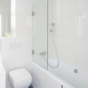 Mała, biała łazienka z wanną z parawanem. Proj. Kamila Paszkiewicz. Fot. Bartosz Jarosz