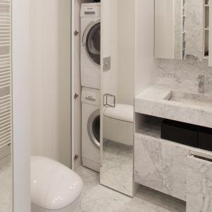 Wysoka zabudowa z lustrzanym frontem chowa sprzęty AGD i optycznie powiększa łazienkę. Proj. Studio Prostych Form. Fot. Studio Prostych Form