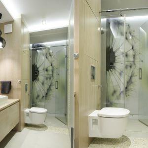 Mała łazienka w jasnych kolorach i z płaskim brodzikiem w strefie prysznica. Proj. Małgorzata Galewska. Fot. Bartosz Jarosz