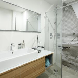 Sugestywna fototapeta na ścianie wnęki prysznicowej sprawiają, że można niemal na własnej skórze poczuć chłód morskiej bryzy. Proj. Przemek Kuśmierek. Fot. Bartosz Jarosz
