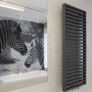 Ścianę nad wanną wykończono urokliwą fototapetą z dwiema zebrami. Proj. Marta Pala-Szczerbak, Minimoo. Fot. Artur Lipecki