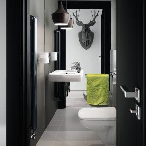 Aranżacja łazienki z serią ceramiki sanitarnej Nova Pro marki Koło. W propozycji wystroju wykorzystano poroże przyjazne zwierzętom - wykonane z czarnego tworzywa. Fot. Koło
