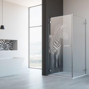 Kabinę prysznicową Arta KDJ z oferty marki Radaway zdobi laserowy grawer przedstawiający zebrę. Fot. Radaway