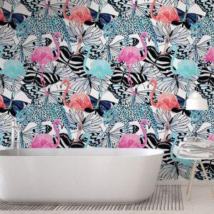 Bardzo kolorowa fototapeta z flamingami na tle motyli i gepardów to odważny sposób na wykończenie ściany w łazience. Fot. Pixers